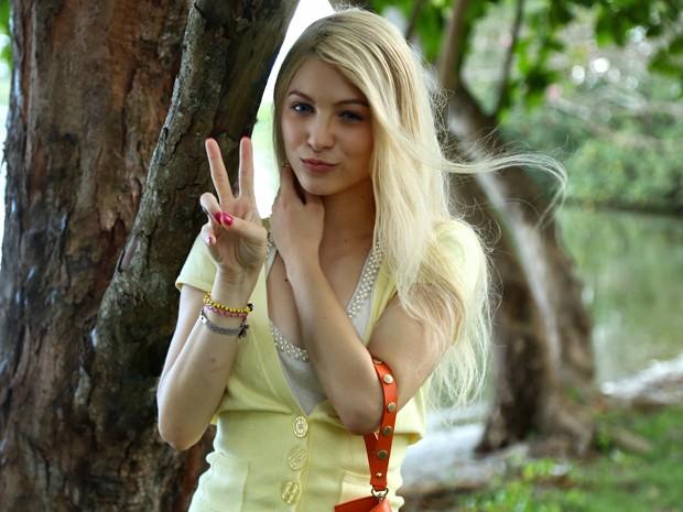 Para viver Scarlett na juventude, Lais Pinho adota peruca loira e lentes azuis (Foto: Raphael Dias/ Gshow)
