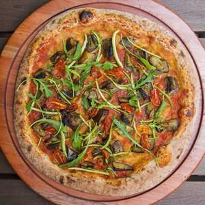 Pizza-vegana-abobrinha-rúcula-tomate-pizzaria-braz (Foto: Bruno Geraldi / Divulgação)