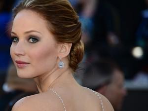 Jennifer Lawrence, indicada ao Oscar de melhor atriz por 'O lado bom da vida', passa pelo tapete vermelho (Foto: Frederic J. Brown/AFP)
