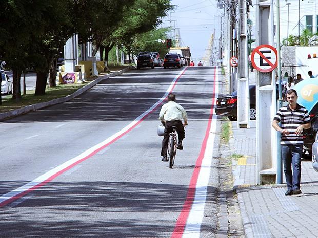 Avenida Prudente de Morais tem faixa semi-exclusiva para ciclistas (Foto: Alex Régis)