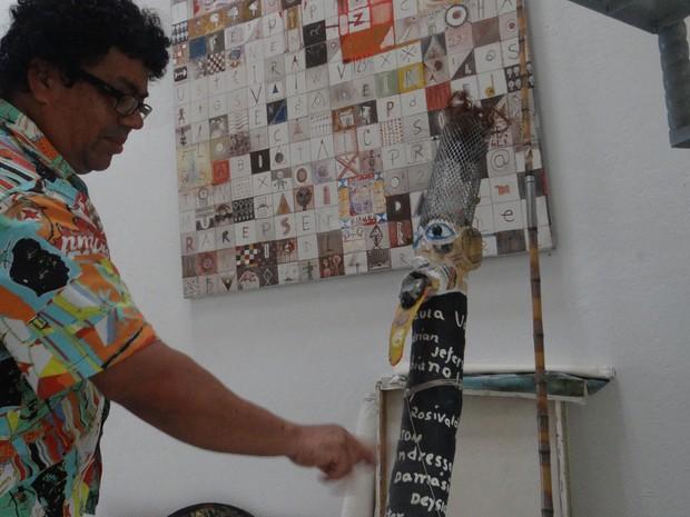 Rosivaldo mostra uma de suas criações. (Foto: Derek Gustavo/G1)
