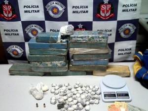 Com ela foram encontrados mais de 11 kg de maconha e 106 g de cocaína (Foto: Polícia Militar/ Divulgação)
