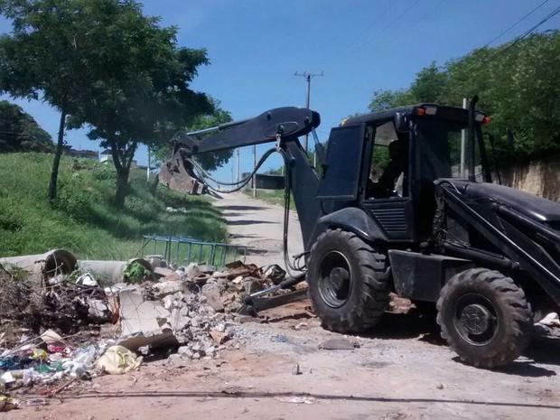 Com veículos pesados, PM retirou barricadas erguidas por traficantes no Chapadão (Foto: Divulgação/Polícia Militar)