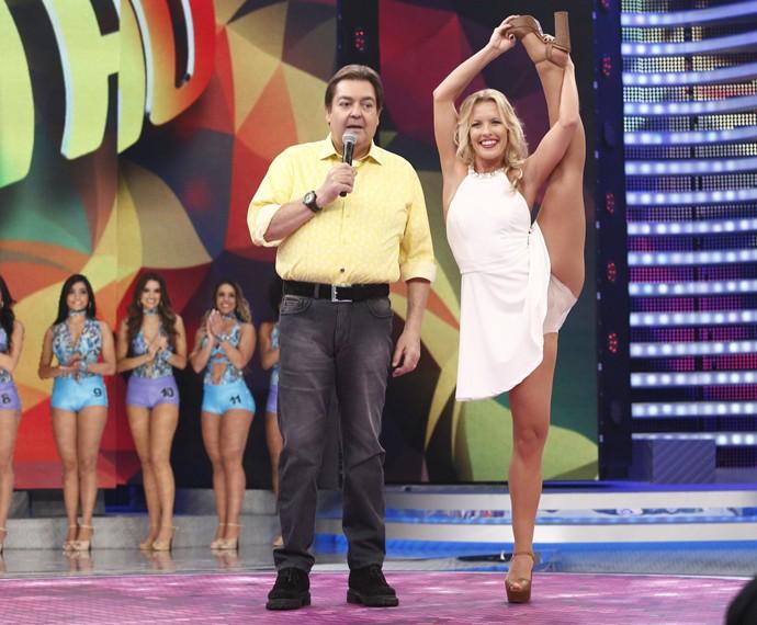 Juliana Valcézia no palco do Domingão fazendo o desafio do coco (Foto: Raphael Dias / Gshow)