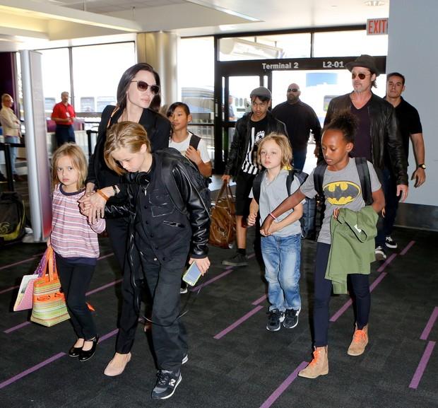 Angelina Joliee o marido, Brad Pitt, viajam com os filhos Pax, Maddox, Vivienne, Zahar, Knox e Shiloh  (Foto: X-17)