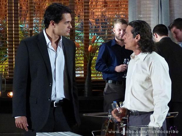 Hélio se irrita com Donato com meio da festa (Foto: Flor do Caribe / TV Globo)