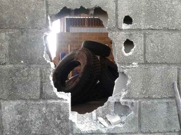 Homem foi preso após fazer buraco em parede de prédio em Rio Claro (Foto: Guarda Civil Municipal)