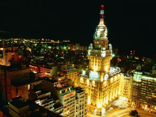 O Palácio Salvo à noite (Foto: Divulgação/Uruguay Natural)