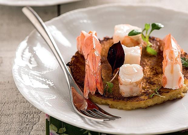 Crepe de grão-de-bico com camarões e azeite de nozes (Foto: Iara Venanzi/Casa e Comida)