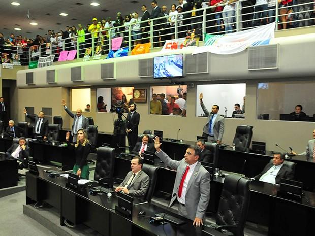 Deputados aprovaram projeto do governo por 13 votos a nove (Foto: Maurício Barbant/ALMT)