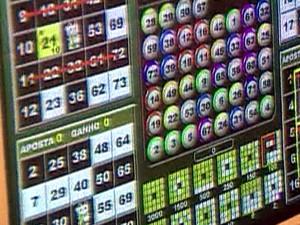 Jogos de azar e bingos atraem público de várias idades (Foto: Reprodução/RBS TV)