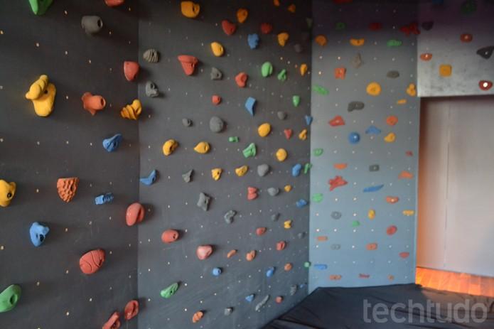 Uma das extravagâncias é uma sala com paredes de alpinismo para aliviar o stress (Foto: Melissa Cruz / TechTudo)
