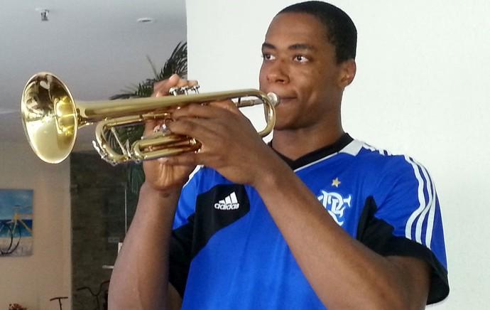 Jerome Meyinsse pivô do flamengo tocando trompete (Foto: Marcello pires)