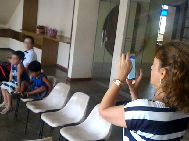 Marisa Teixiera, diretora do Cebrav, usa Olho eletrônico para 'ver' sala Goiânia Goiás (Foto: Vanessa Martins/G1)