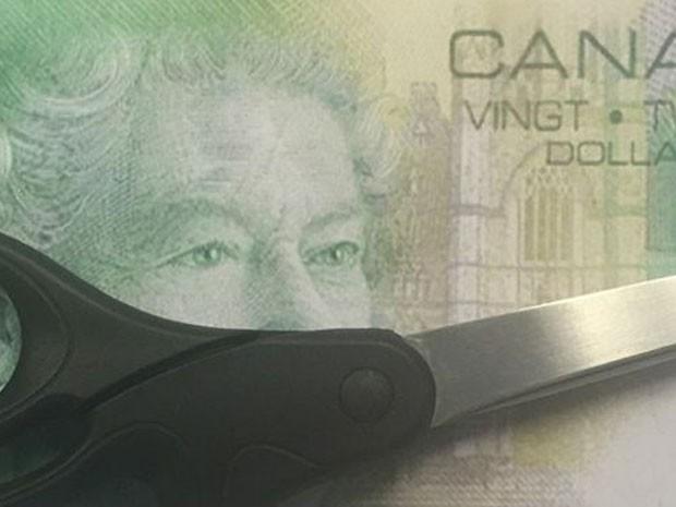 Notas de 5, 10 e 20 dólares são cortadas pela metade e valem metade do valor nominal  (Foto: BBC)