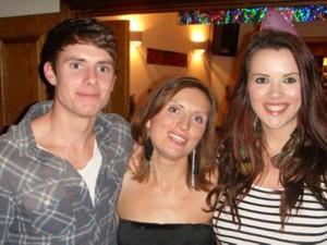 Claira ao lado do irmão e da irmã, que morreu após lutar mais de seis anos contra o câncer  (Foto: BBC)