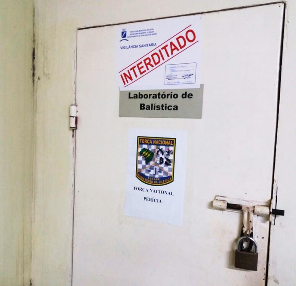 Laboratório de Balística do Itep, onde são feitas perícias em armas e munições, é uma das salas fechadas e lacradas pela Vigilância Sanitária  (Foto: G1/RN)
