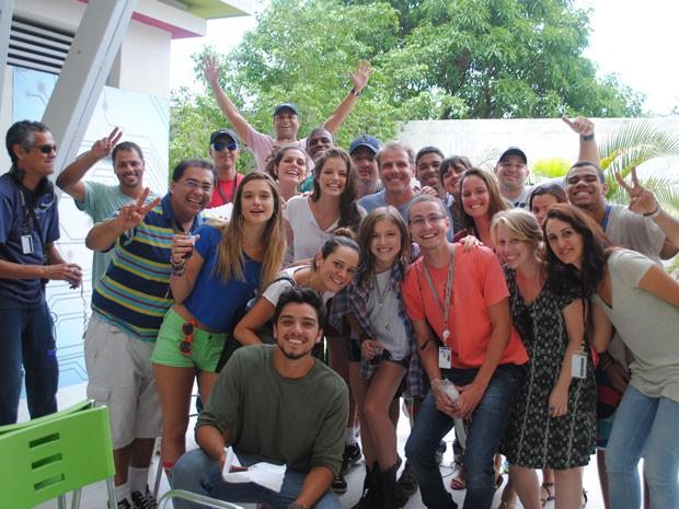 A atriz posa com a equipe de Malhação  (Foto: Malhação / Tv Globo)
