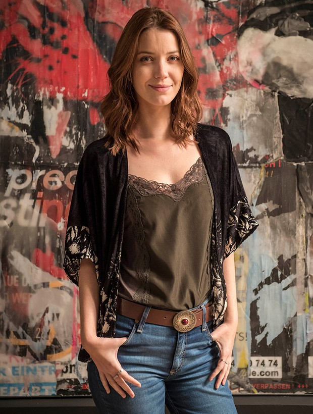 A forma casual da moda é vista na personagem Júlia (Nathalia-Dill), que investe em calças-flare, pantalonas e camisetas básicas combinadas com quimonos (Foto: Tv Globo / Divulgação)