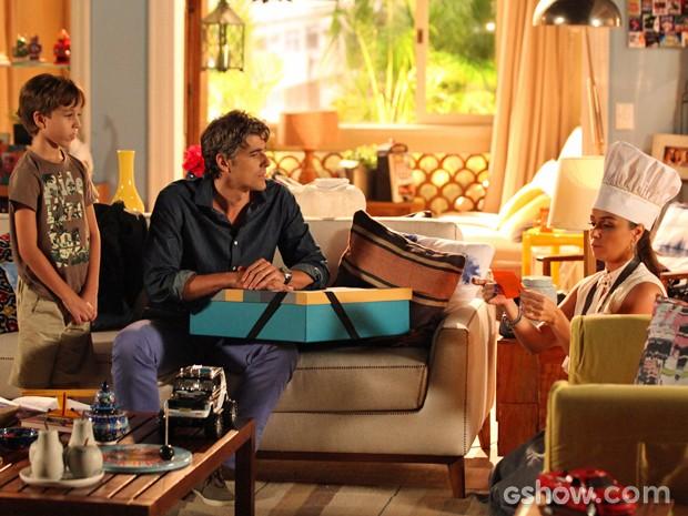 Clara lê cartão que Marina mandou junto com presente de Cadu (Foto: Carol Caminha/ TV Globo)
