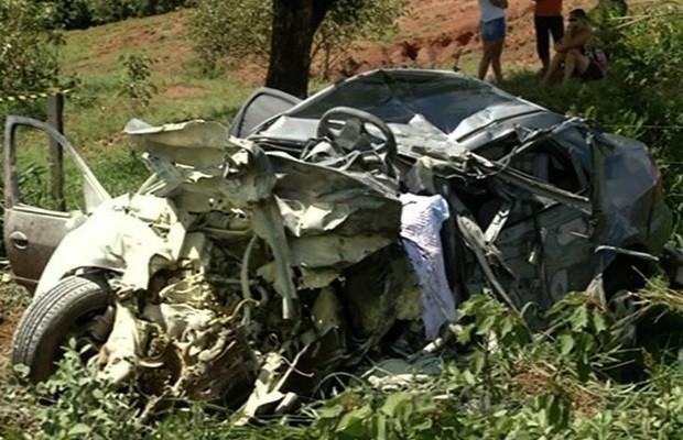 Colisão frontal entre caminhão e carro mata pais e duas filhas na GO-010, em Cristalina, Goiás (Foto: Reprodução/TV Anhanguera)