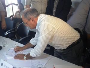 Prefeitos assinaram carta que foi entregue a entes do poder público (Foto: John Pacheco/G1)