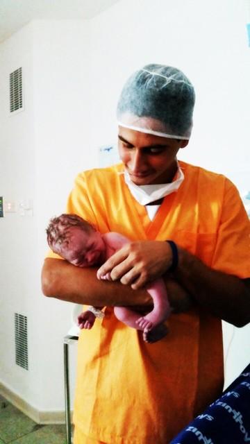 Paulo Henrique Ganso com filho recém nascido (Foto: Divulgação)