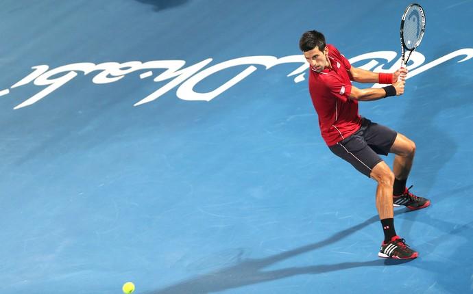 Novak Djokovic jogo tênis em Abu Dahbi (Foto: AP)