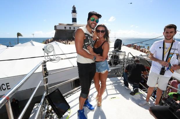 Nicole Bahls e namorado no trio da Ivete em Salvador (Foto: Dilson Silva / Agnews)