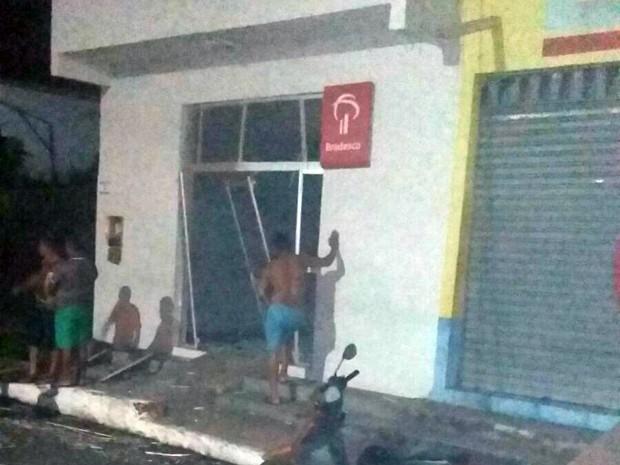 Quatro homens explodem agência do Bradesco em Peri Mirim, MA (Foto: Michel Nunes / Divulgação)