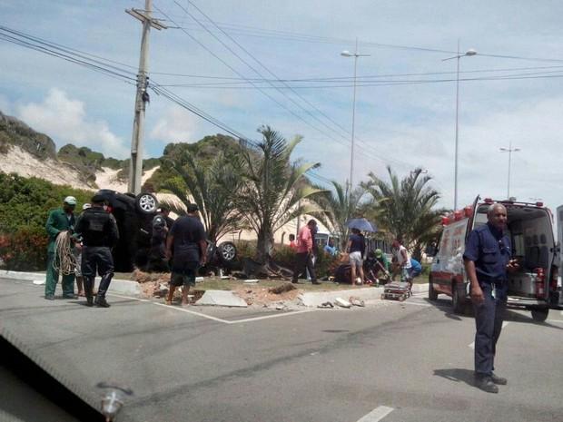 Carro ficou com as rodas para cima após o capotamento (Foto: Henrique Dovalle/Inter TV Cabugi)