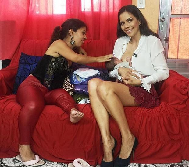 Daniela Albuquerque amamenta bebê de telespectadora (Foto: Reprodução/ Instagram)