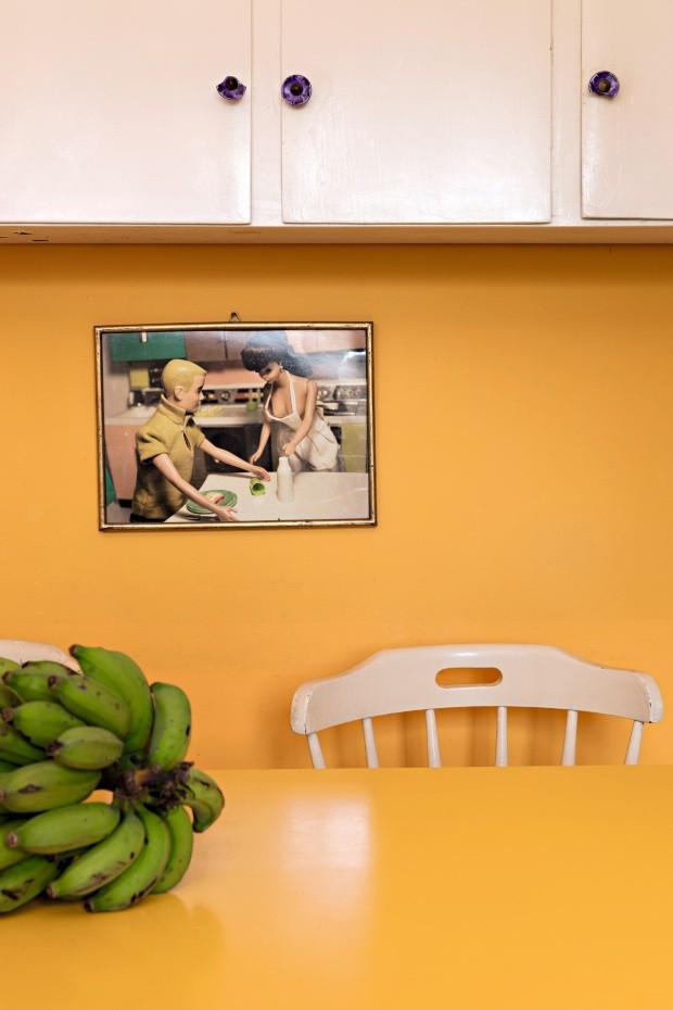 Na parede, quadro adquirido na Miami Art Basel de 2016 em uma galeria no Wynwood. A mesa de refeitório dos anos 1970, com cadeiras giratórias acopladas, foi comprada na internet (Foto: Lufe Gomes / Editora Globo)