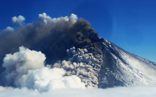 Vulcão Pavlof entrou em erupção na sexta-feira (17) no Alasca (Foto: Theo Chesley/Alaskan Volcano Observatory/AP)