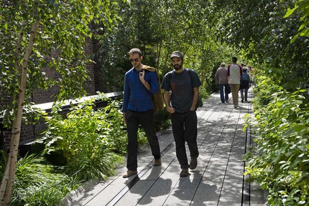 Um dos trechos do High Line: os dois trilhos de aço (mais escuros) foram mantidos para lembrar a origem do lugar (Foto: © Haroldo Castro/Época)