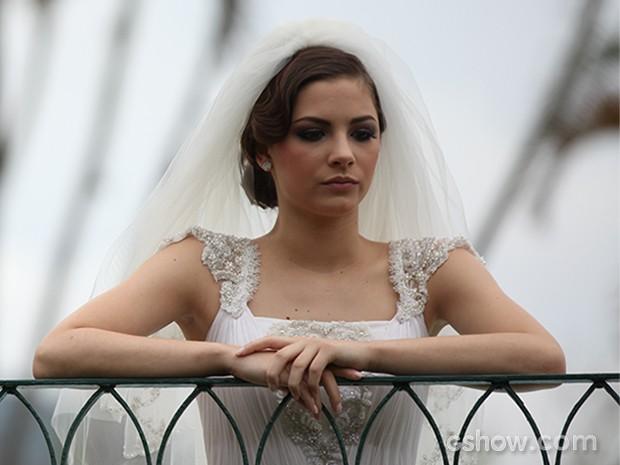 Ansiosa e aflita, ela espera por Martin (Foto: Carol Caminha / TV Globo)
