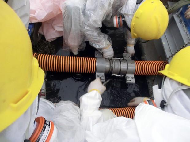 Foto divulgada pela Tepco mostra funcionários checando um cano na unidade de descontaminação de água radioativa da usina nuclear Daiichi, em Fukushima. Foto divulgada pela Tepco mostra funcionários checando um cano na unidade de descontaminação de água radioativa da usina nuclear Daiichi, em Fukushima. (Foto: AFP Photo/Tepco)