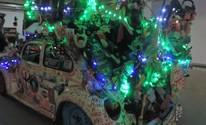 Motorista enfeita carro com objetos e brinquedos: 'É o Fusca da alegria' (Carlos Dias/G1)