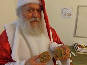 Papai Noel mostra os cookies decorados (Foto: Tatiana Lopes/G1)