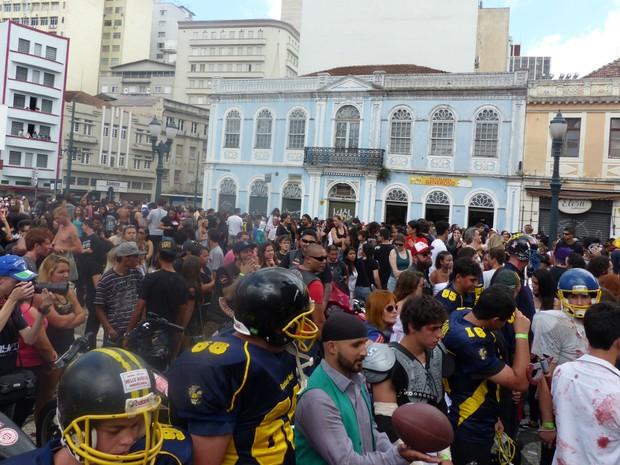 Zombie Walk reuniu centenas de pessoas pelas ruas do centro de Curitiba (Foto: Thais Skodowski/ G1)