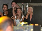 Xuxa e Carolina Dieckmann assistem a show de Ivete da lateral do palco