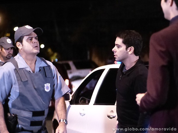 """Félix deixa o policial bolado ao dar um """"confere"""" no homem da lei (Foto: Amor à Vida / TV Globo)"""