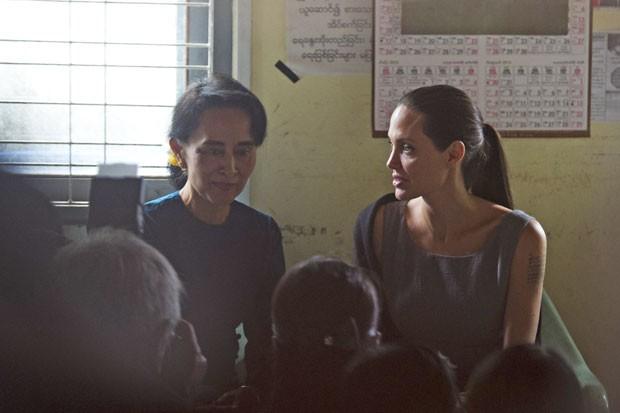 A atriz americana Angelina Jolie, enviada especial da ONUx, e a líder opositora Aung San Suu Kyi se reúnem neste sábado (1º) com funcionárias birmanesas da indústria têxtil para conversar sobre as condições de trabalho, em um dos países mais pobres da Ásia (Foto: Ye Aung Thu/AFP)