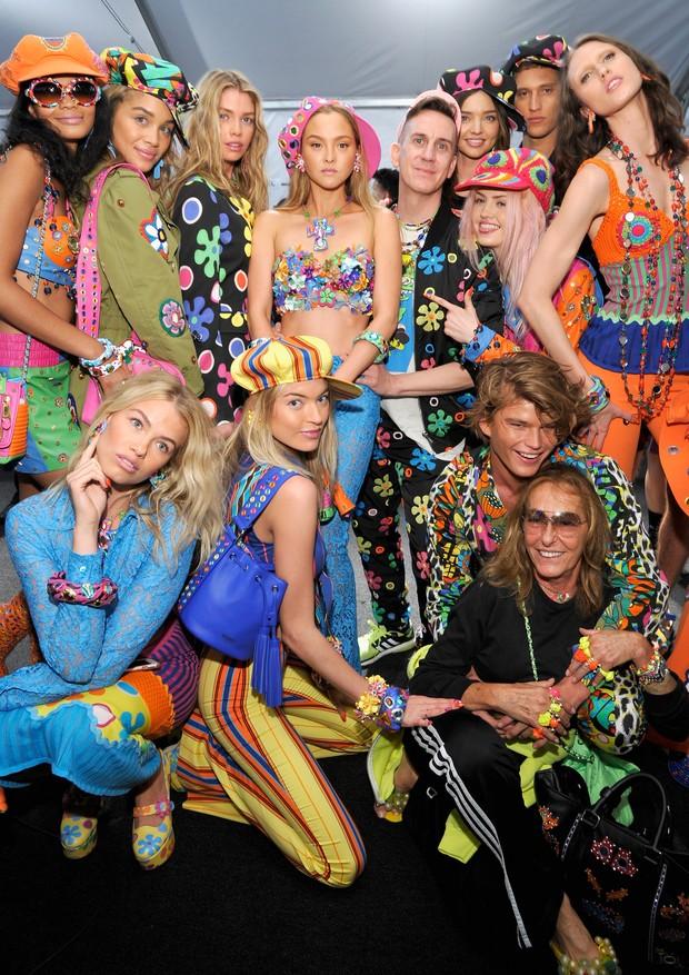 Jeremy Scott posa com modelos em backstage de desfile da Moschino (Foto: Getty Images)