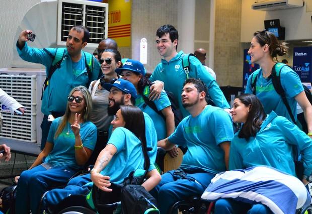 Cleo Pires com atletas paralímpicos (Foto: William Oda / AgNews)