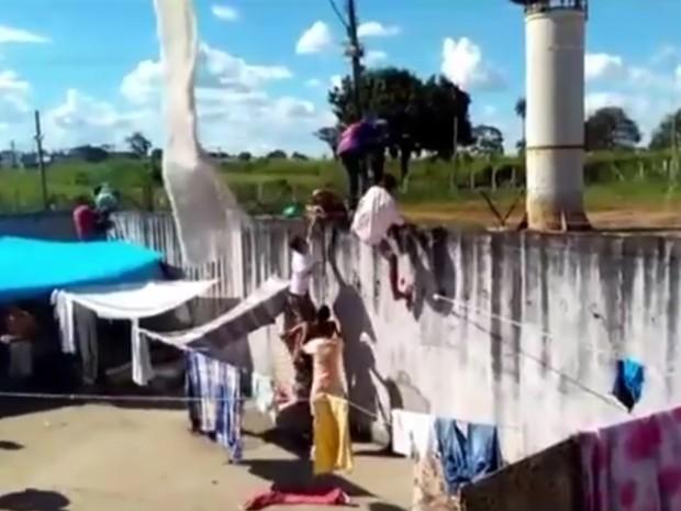Vídeo mostra quando presos pulam muro e fogem de presídio em Goiás (Foto: Reprodução/ TV Anhanguera)