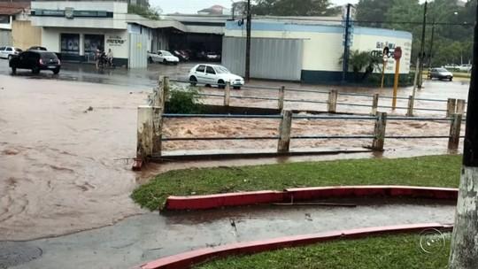 Ruas de Botucatu ficam alagadas após forte chuva