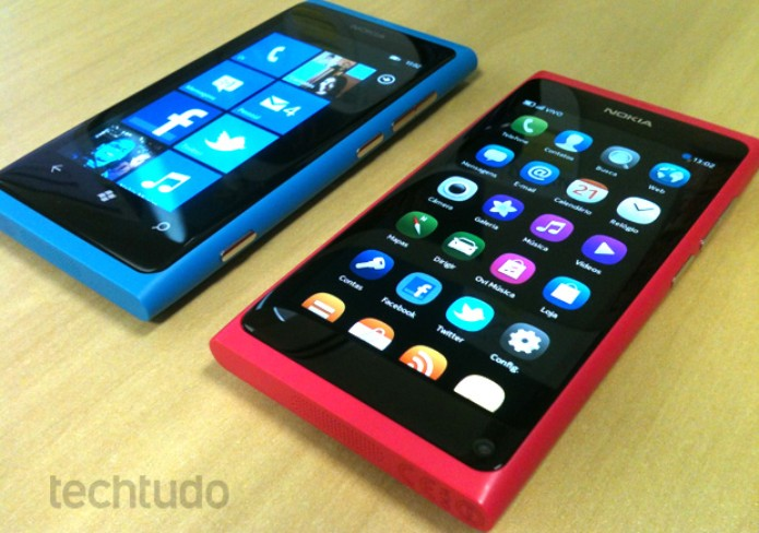 Nokia Lumia 800 e Nokia N9: design parecido (Foto: Allan Melo/TechTudo)