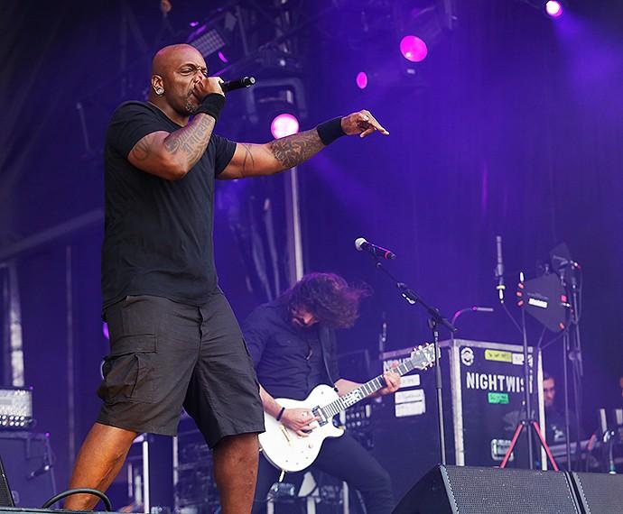 Derrick Green do Sepultura fez uma participação especial no show (Foto: Fábio Rocha/Gshow)