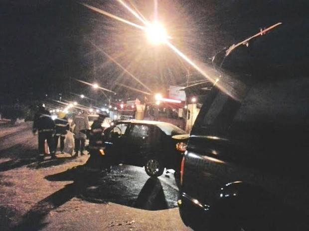 Acidente entre dois veículos na madrugada de quinta-feira deixou quatro feridos (Foto: Ascom Corpo de Bombeiros/Tenente Diogo)